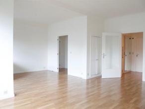 Dit zonnig appartement is gelegen op de vijfde verdieping van de residentie Van Rijswijck. Het bestaat uit een inkomhal met een apart toilet, een woon