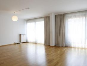 Dit ruim appartement is gelegen op de vierde verdieping en kijkt uit op de gezellige drukte in de straat. Er is een inkomhal met een grote vestiaireka