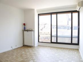 Dit zonnig gerenoveerd appartement is gelegen op de vijfde verdieping van de residentie Van Rijswijck en kijkt uit op gezellige drukte van de straat.