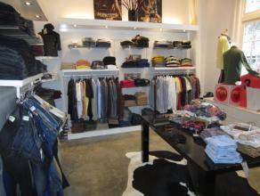 Over te nemen : mooie verzorgde kledinszaak / boetiek voor dames en heren gelegen in de bekende winkelstraat te Hoogstraten . Verkoop van bekende merk
