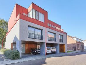 Dit prachtig instapklaar Duplex appartement heeft twee slaapkamers, tuin/terras en een overdekte autostaanplaats.<br /> Op de gelijkvloerse verdieping