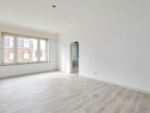 Dit Instapklaar appartement op de eerste verdieping heeft 2 slaapkamers en is gelegen op een boogscheut van het Rivierenhof. <br /> Via de inkomhal he