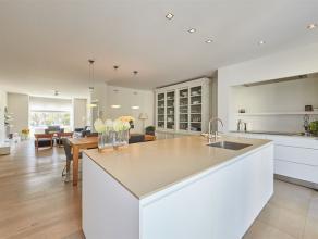 Deze ruime, instapklare gezinswoning is gelegen aan de mooie Venneborglaan in Deurne, op wandelafstand van het Rivierenhof. Ze heeft vijf slaapkamers,