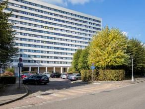 Dit gezellig en ruim appartement van 138 m² is centraal gelegen nabij winkels, scholen, openbaar vervoer en invalswegen. Vanuit het appartement h