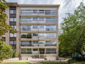 Uitstekend gelegen hoekappartement (1ste verdieping) met drie slaapkamers en een gesloten dubbele garagebox in een groene omgeving te Mortsel. Op wand