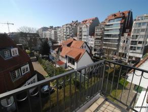 Mooi ongemeubeld appartement op unieke ligging in een villaresidentie nabij de Kustlaan te Zoute. Indeling: inkomhal, afzonderlijke keuken (Obumex), w