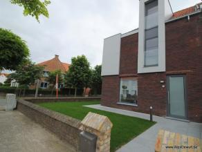 Volledige gerenoveerde hoekwoning gelegen in het centrum van Knokke ideaal als gezinswoning of tweede verblijf. Het gelijkvloers bestaat uit een garag