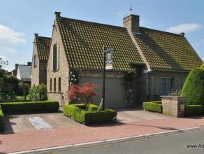 Zeer ruime villa (307 m²) met tal van mogelijkheden prachtig gelegen nabij het' Meer van Heist'. Samenstelling : inkom hall, vestaire en toilet l
