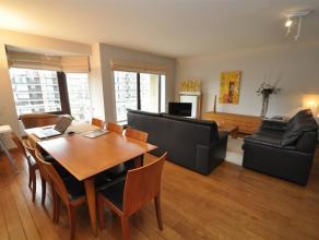 Zeer gezellig gemeubeld appartement, open zicht op het Van bunnenplein en de zee. Samenstelling: zonnige living met terras vooraan. Open en volledig i