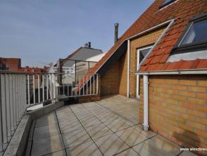 Goed gelegen dakappartement in de Paul Parmentierlaan, dicht bij het commerciële centrum en het strand. Samenstelling: ruime woonkamer en eetruim