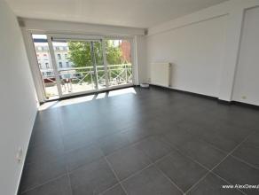 Ruim 3 slaapkamerappartement gelegen in hartje centrum van Knokke op de 2e verdieping in een recent gebouw. Samenstelling: inkomhal met vestiare en ap