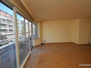 Ruim 2 slaapkamer appartement met super centrale ligging op de Parmentierlaan met zonneterras! Indeling: Inkom, grote woonkamer met halfopen keuken, b