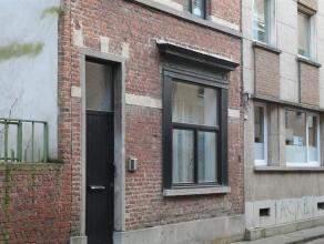 Verzorgde studentenwoning in het centrum van Leuven. Deze woning beschikt over 5 erkende studentenkamers, allen gemeubeld en jaarlijks verhuurd. Op de