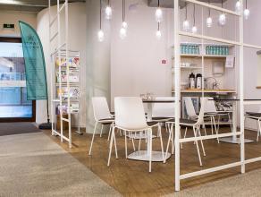 Recent en met smaak gerenoveerde ruimte van 375m². De ruimte omvat 8 verschillende praktijkruimtes / kabinetten, ontvangstruimte met receptie, bu