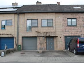 Verzorgde rijwoning gelegen op 2are33ca in een doodlopende straat in Kesseldal, Kessel-lo. Achteraan de woning is er een mooi aangelegde tuin met terr