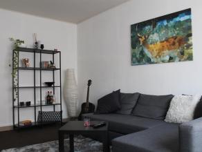 Appartement van 85m² met 2 slaapkamers. Het is gelegen op de eerste verdieping in een gebouw met 3 wooneenheden en 1 garage. Het werd in 2007 ger