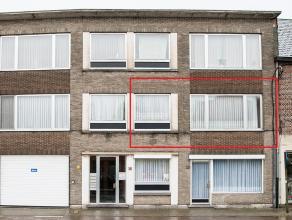 Het op te frissen appartement is gelegen op de eerste verdieping en maakt deel uit van een appartementsgebouw met 3 wooneenheden.<br /> U betreedt het