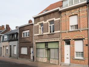 Deze, te renoveren woning, biedt tal van mogelijkheden. <br /> Op het gelijkvloers vinden we vooraan een grote multi-functionele ruimte dewelke vroege