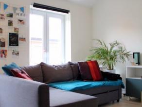 Achter deze gevel verschuilen zich drie zeer ruime flats waarvan er twee reeds volledig gerenoveerd zijn. 100% verhuurd en zeer goed gepositioneerd te