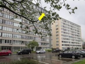 Licht hoekappartement gelegen op de 9e verd. van een net gebouw met lift. Het omvat een inkomhal met vestiairekast en glazen deur, een L-vormige woonk