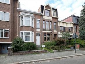 VOLLEDIG te renoveren eengezinswoning uitstekend gelegen in een rustige straat rechttegenover het Rivierenhof. De woning omvat op het gelijklvoers: ee