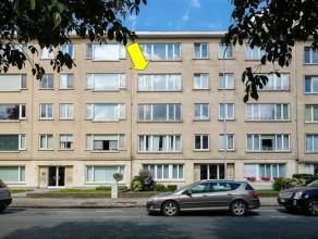 Goed gelegen en ruim appartement op de 3e verd. van een gebouw met lift. Het appartement omvat een inkomhal met bergkast, een ruime living (39 m²