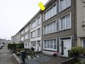 Te renoveren appartement op de 2e verd. van een klein gebouw (met 3 appt.) zonder lift nabij het Wim Saerensplein. Het appartement omvat een inkomhal,