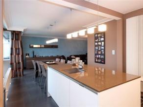 Volledig en vakkundig gerenoveerd appartement op de 6e verd. van een gebouw met lift. Het appartement omvat een inkomhal, een woonkamer met tegelvloer