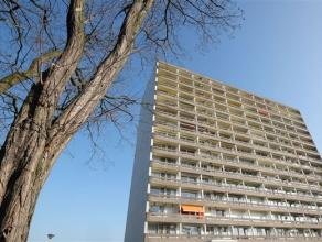 Degelijk, op te frissen, appartement op de 4e verdieping van een groot gebouw met lift. Het appartement is achteraan gelegen en kijkt uit op de aangel