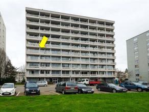 Degelijk, wat op te frissen hoekappartement met 3 slaapkamers gelegen op de 4e verd. (met lift) van en goed onderhouden gebouw nabij Rivierenhof. Inde