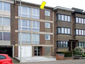 Degelijk appartement op de 2e verdieping van een klein gebouw centraal gelegen nabij het centrum van Deurne. Indeling: inkomhal, ruime woonkamer, een