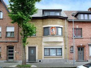 Deze perfect gerenoveerde, lichtrijke woning is gelegen nabij alle invalswegen alsook op fietsafstand van de Brugse binnenstad. De woning is gerenovee