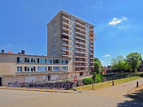 Dit appartement is gelegen aan de Leie en nabij Gent Zuid op de 9de verdieping van een aangenaam appartementsgebouw. Het appartement is volledig opgef