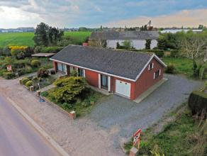 Deze op te knappen bungalow met 4 slaapkamers is landelijk gelegen, toch vlakbij belangrijke invalswegen zoals Tieltsteenweg en Ruiseledesteenweg. Het