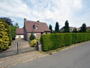 Prachtige Villa te koop op toplocatie in Sint Martens-Leerne dicht bij de Leie. De woning ligt op een perceel van 1164 m2. Met een zuid-geöriente