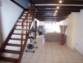 Charmante maison rénovée qui se compose d'un hall d'entrée, un salon, une salle à manger, une cuisine équipé