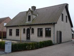 Ruime vrijstaande woning met een perceel oppervlakte van 12 are 09 ca. Deze mooie woning omvat op de gelijkvloerse verdieping een inkomhal met de trap