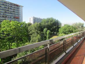 Bel appartement ( 5ème étage dans un immeuble avec ascenseur ) avec terrasse et vue imprenable sur l'Atomium. Hall d'entrée, wc a