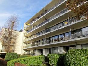 Très bel appartement avec terrasse plein sud et un grand living situé dans le centre de Strombeek. Hall d'entrée, wc avec lavabo,