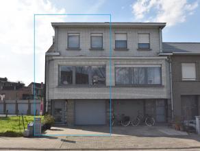 Rustig en centraal gelegen bel-etage woning met 3 slpk., 2 badk., garage en tuin op 01 are 60 ca. De woning heeft op de gelijkvloerse verdieping een i