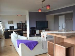 A proximité des commodités citadines, nous vous proposons un vaste et lumineux appartement de trois chambres à coucher, une salle