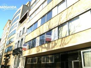 Ruim 2 slaapkamer appartement gelegen op de 1e verdieping met topligging aan het Zuidpark Bestaande uit: inkomhal met marmer vloer, vestiaire en afzon