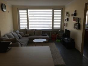 Dit appartement werd volledig gerenoveerd (nieuwe keuken, badkamer, WC, dakisolatie, dubbele beglazing). Op wandelafstand van openbaar vervoer en wink