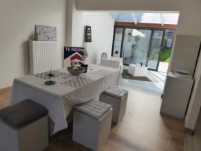 Instapklare deels gerenoveerde woonst met vrij zicht vooraan, 2 ruime slaapkamers, grote tuin met mogelijkheid tot toegang tot de optionele garage (te