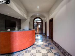 Au 2ème étage arrière d'un bel hôtel de maître situé sur le square Vergote, lumineuse surface de bureau sur 90
