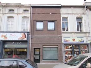 Goed gelegen, ruime woning met tuin en ruime handelsruimte in het centrum van Sint-Niklaas. De gunstige ligging nabij winkels, scholen, openbaar vervo