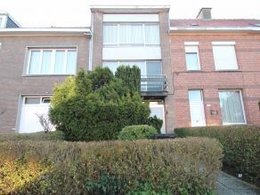 Goed gelegen, ruime woning met zonnige tuin en aangelegd terras. Deze woning biedt de mogelijkheid tot 5 grote slaapkamers.De goede ligging met vlotte