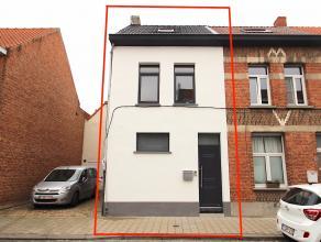 Rustig gelegen, volledige gerenoveerde en instapklare woning met 3 slaapkamers en stadstuin in het centrum van Sint-Niklaas.De goede ligging met vlott
