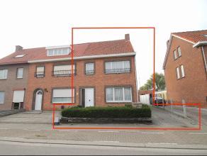 Uitstekend gelegen, zeer ruime half-open bebouwing (360m²) met tuin en 3 slaapkamers te Sint-Niklaas.<br /> De goede ligging met vlotte verbindin