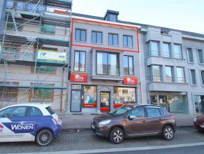 Uitstekend gelegen, luxueus en energiezuinig duplexappartement met 3 slaapkamers te Sint-Niklaas.De centrale ligging met verbinding tot alle toegangsw